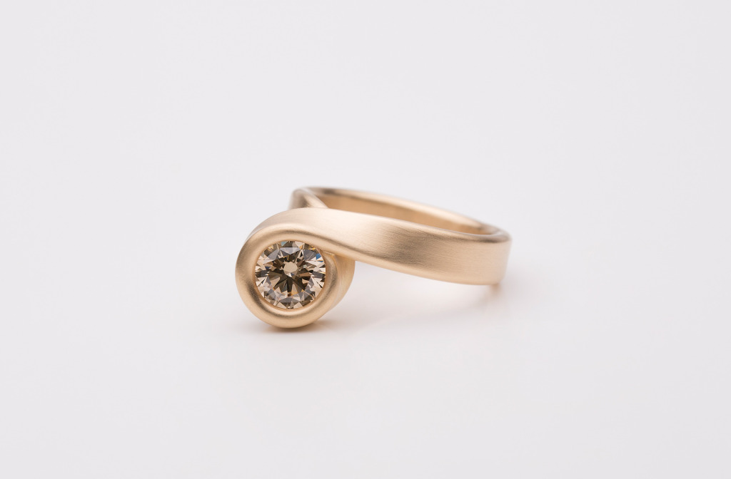 Ring aus der Kollektion <em>Wind</em>. Gold 750, brauner Diamant.
