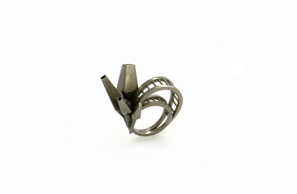 Ring <em>The Mine</em>. Silber rutheniert. MJC Winner 2013. Ca. 890 Euro.